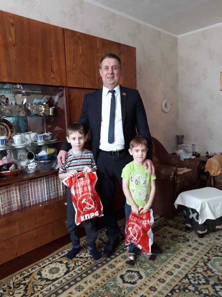 Депутат от КПРФ Евгений Смирнов поздравил жителей своего округа с Новым годом